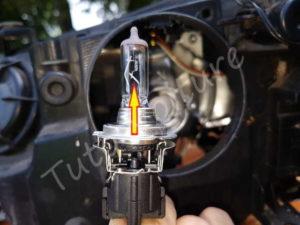 Retirer ampoule de sa douille croisement - BMW E60 série 5 - Tutovoiture