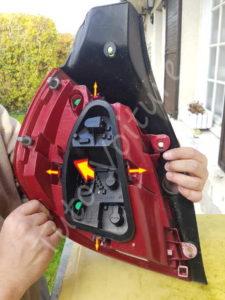 Déloger support de lampe éclairage arrière - Renault Clio 3 - Tutovoiture