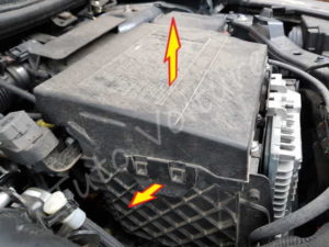 Retirer le cache batterie - Renault Mégane 3 - Tutovoiture