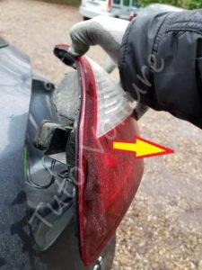 Retirer le bloc feux arrière - Renault Mégane 3 - Tutovoiture