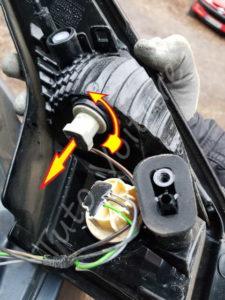 Enlever la fiche anti brouilard du bloc feux arrière - Renault Mégane 3 - Tutovoiture