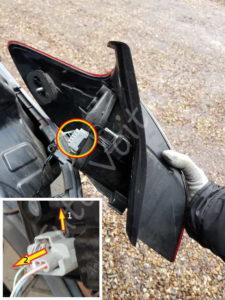 Dé clipser la fiche du bloc feux arrière - Renault Mégane 3 - Tutovoiture