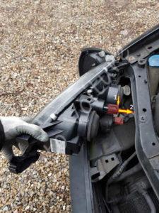 Déconnexion de l'optique avant - Toyota Avensis 1 - Tutovoiture