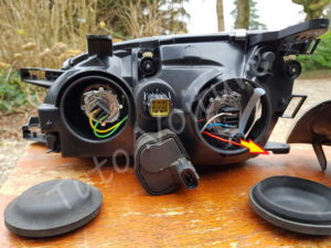 Enlever la douille de la veilleuse - Changer votre ampoule grillé avant - Toyota Avensis 1 - Tutovoiture