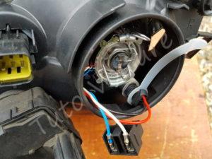 Blocage de la douille veilleuse - Changer votre ampoule grillé avant - Toyota Avensis 1 - Tutovoiture