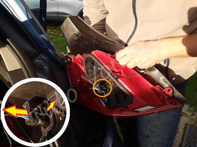 Décrocher connectique fiche bloc feux arrière - Renault Clio 3 - Tutovoiture
