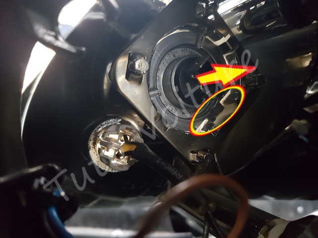 Ampoule avant renault clio comment les changer tuto voiture for Changer ampoule garage