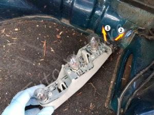 Déconnexion du support ampoule - Ford Fiesta 3 - Tuto voiture