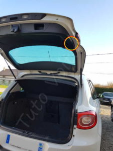 Trappe pour l'optique arrière du hayon - Volkswagen Tiguan - Tuto voiture