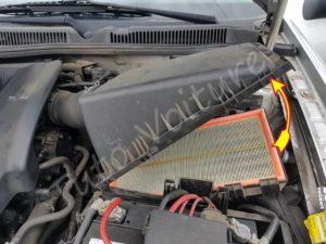 Soulever le couvercle de la boite à air - Volkswagen Bora - Tutovoiture