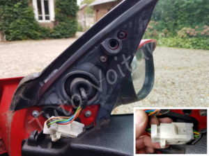Déconnecter la fiche du retroviseur - Peugeot 206