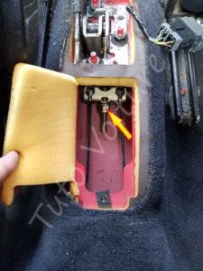 Accés à la vis de réglage du frein à main - Peugeot 206cc - Tuto voiture