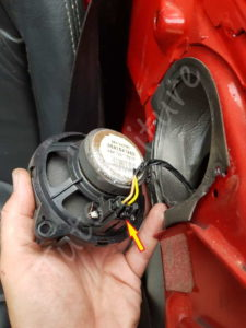 Déconnecter l'enceinte arrière - Peugeot 206 CC - Tutovoiture