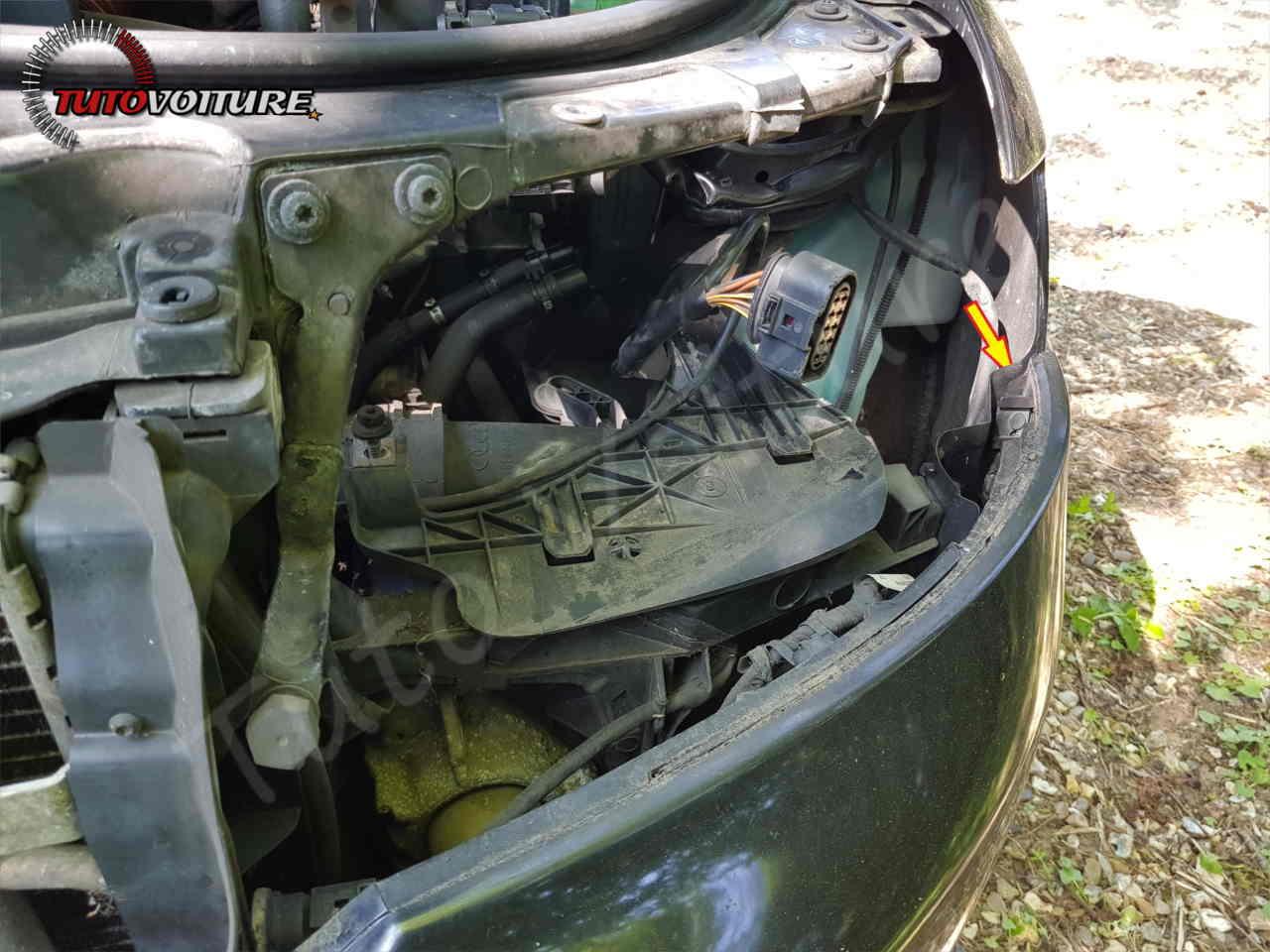 Fixation du pare-chocs sur l'aile Audi A4 B6
