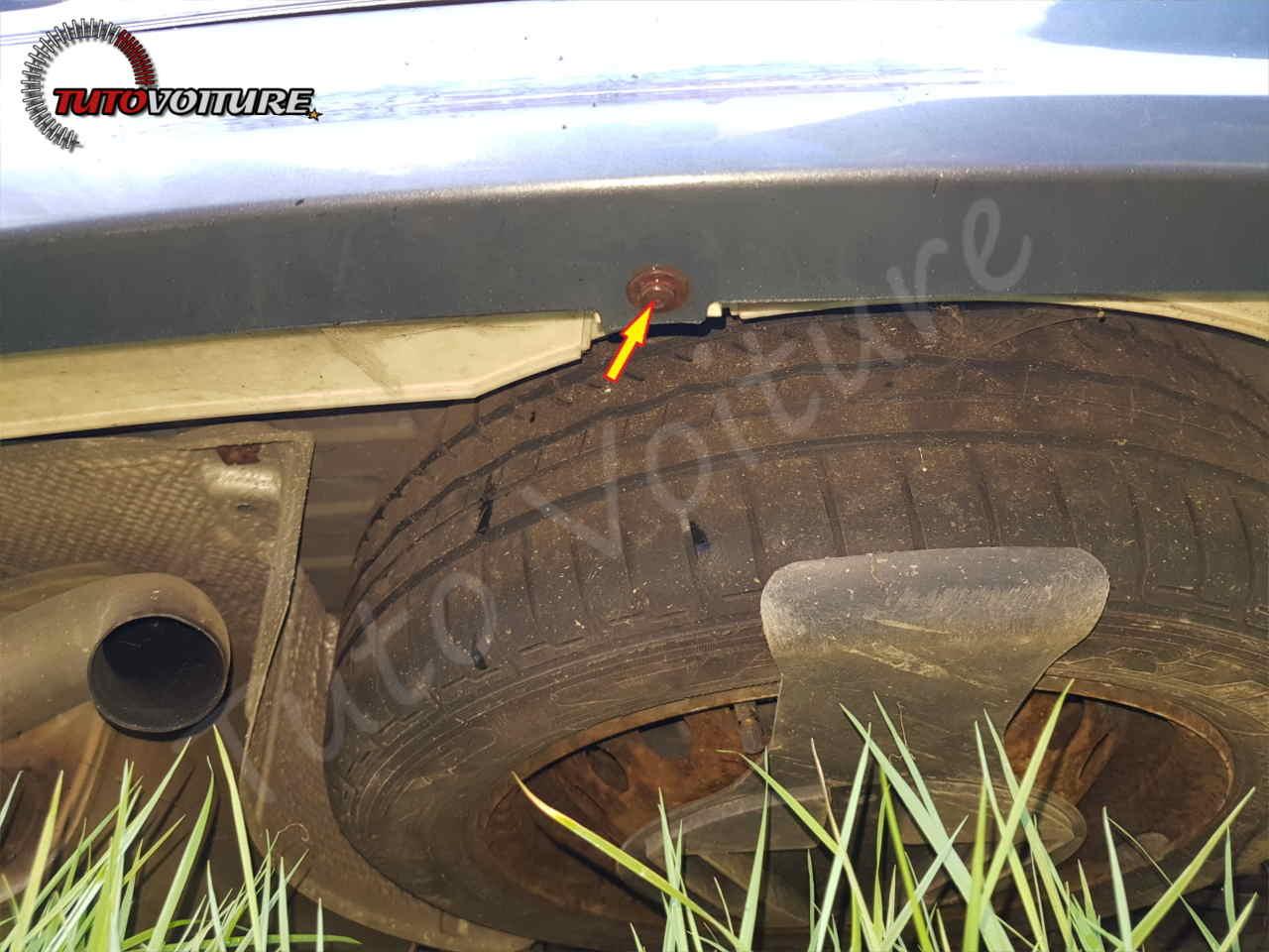 Retirer les fixations du pare-chocs arrière Renault Clio 3