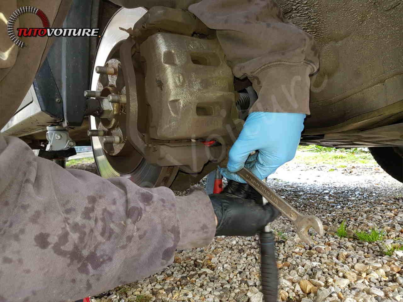 Dévisser les vis de l'étrier de frein Renault Koleos