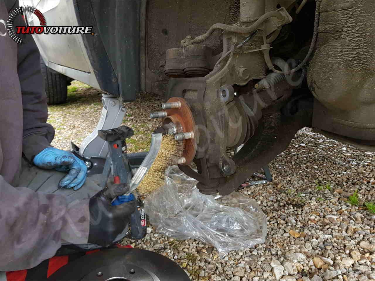 Nettoyer la surface d'appui du disque de frein Renault Koleos