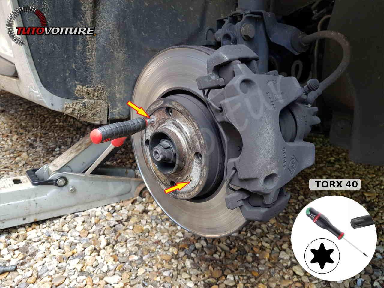 Démonter les vis du disque de frein Clio 4